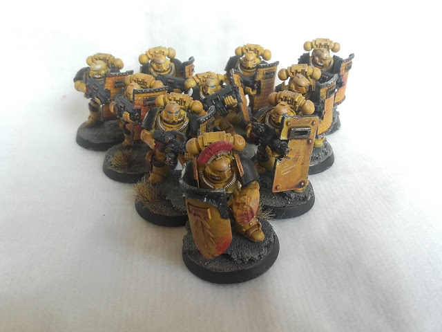 Imperial Fists: Breacher Squad with new shoulders.